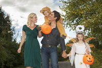 Family with two children (2-3) (6-7) trick or treating 11100006048| 写真素材・ストックフォト・画像・イラスト素材|アマナイメージズ