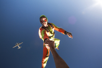 Skydiver holding someone's hand in air 11100011737| 写真素材・ストックフォト・画像・イラスト素材|アマナイメージズ