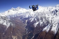 Skydiver jumping over snow-covered mountains 11100011781| 写真素材・ストックフォト・画像・イラスト素材|アマナイメージズ
