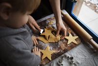 Boy (12-17 months) baking Christmas cookies with mother 11100032978| 写真素材・ストックフォト・画像・イラスト素材|アマナイメージズ