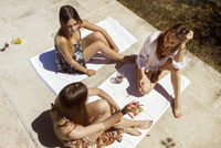 High angle view of female friends holding cigarettes while communicating at poolside 11100033890| 写真素材・ストックフォト・画像・イラスト素材|アマナイメージズ