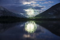 Reflection of fireworks display and mountains in lake 11100039522| 写真素材・ストックフォト・画像・イラスト素材|アマナイメージズ