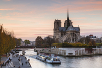 Boat on Seine River by Notre Dame de Paris against sky during sunset 11100057941| 写真素材・ストックフォト・画像・イラスト素材|アマナイメージズ