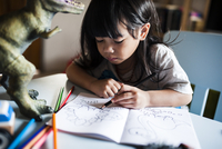 Girl drawing with colored pencils at home 11100058047| 写真素材・ストックフォト・画像・イラスト素材|アマナイメージズ