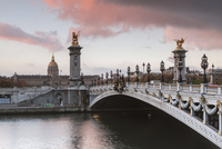 Pont Alexandre III over Seine River against cloudy sky during sunset 11100059011| 写真素材・ストックフォト・画像・イラスト素材|アマナイメージズ