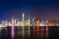 Victoria harbour against illuminated Two International Finance Center and buildings in city at night 11100059804| 写真素材・ストックフォト・画像・イラスト素材|アマナイメージズ