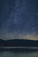Sea by mountains against star field at night 11100059826| 写真素材・ストックフォト・画像・イラスト素材|アマナイメージズ