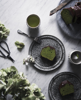 Overhead view of matcha pound cake with chocolate on table 11100062108| 写真素材・ストックフォト・画像・イラスト素材|アマナイメージズ