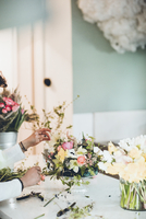 Cropped hands of florist arranging flowers at store 11100067002| 写真素材・ストックフォト・画像・イラスト素材|アマナイメージズ