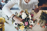 High angle midsection florist arranging flowers at store 11100067003| 写真素材・ストックフォト・画像・イラスト素材|アマナイメージズ