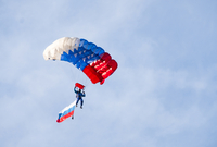 Low angle view of paraglider paragliding with Russian Flag against sky 11100070568| 写真素材・ストックフォト・画像・イラスト素材|アマナイメージズ