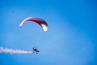 Hiker powered paragliding against clear sky 11100070569| 写真素材・ストックフォト・画像・イラスト素材|アマナイメージズ