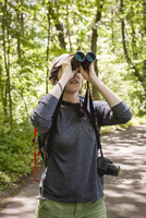 Hiker - looking through binoculars while standing in forest at Redwood National and State Parks 11100070970| 写真素材・ストックフォト・画像・イラスト素材|アマナイメージズ