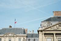 Low angle view of French Flag on building against sky in city 11100073287| 写真素材・ストックフォト・画像・イラスト素材|アマナイメージズ