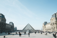 View of Louvre against sky with tourists in foreground 11100073289| 写真素材・ストックフォト・画像・イラスト素材|アマナイメージズ