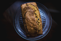 Close-up of pumpkin bread in plate on table 11100074283| 写真素材・ストックフォト・画像・イラスト素材|アマナイメージズ
