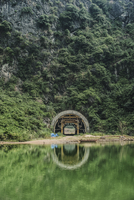 View of tunnel in mountain by lake 11100074375| 写真素材・ストックフォト・画像・イラスト素材|アマナイメージズ