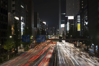 High angle view of traffic light trails on city street with Tokyo Sky Tree in background 11100074436| 写真素材・ストックフォト・画像・イラスト素材|アマナイメージズ