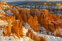 High angle scenic view of snow covered rock formations at Bryce Canyon National Park 11100074630| 写真素材・ストックフォト・画像・イラスト素材|アマナイメージズ