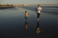 Full length of father and son running at beach during sunset 11100074641| 写真素材・ストックフォト・画像・イラスト素材|アマナイメージズ