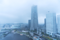 High angle view of modern buildings in city during foggy weather 11100074989| 写真素材・ストックフォト・画像・イラスト素材|アマナイメージズ