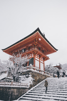 Low angle view of Kiyomizu-dera Temple against clear sky during snowfall 11100076450| 写真素材・ストックフォト・画像・イラスト素材|アマナイメージズ