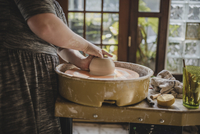 Midsection of potter using pottery wheel at workshop 11100077236| 写真素材・ストックフォト・画像・イラスト素材|アマナイメージズ