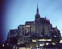 Low angle view of Le Mont Saint-Michel against sky at dusk 11100082983| 写真素材・ストックフォト・画像・イラスト素材|アマナイメージズ