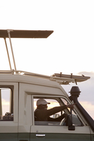 Side view of man pointing while driving vehicle at Serengeti National Park against sky 11100083882| 写真素材・ストックフォト・画像・イラスト素材|アマナイメージズ