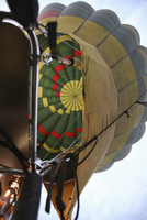 Low angle view of hot air balloon against sky 11100083896| 写真素材・ストックフォト・画像・イラスト素材|アマナイメージズ