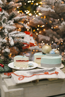 Close-up of sweet food on cutting board against Christmas Trees 11100085169| 写真素材・ストックフォト・画像・イラスト素材|アマナイメージズ