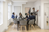 Business people discussing during meeting at desk in office 11100085254| 写真素材・ストックフォト・画像・イラスト素材|アマナイメージズ