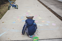 Rear view of boy drawing Christmas tree with chalk on footpath 11100085365| 写真素材・ストックフォト・画像・イラスト素材|アマナイメージズ