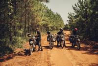 Bikers with motorcycles resting on dirt road during sunny day 11100085798| 写真素材・ストックフォト・画像・イラスト素材|アマナイメージズ