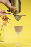 Cropped image of hands preparing drink against yellow background 11100086177| 写真素材・ストックフォト・画像・イラスト素材|アマナイメージズ