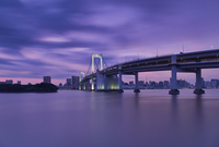 Rainbow bridge over river with Tokyo tower and sky during sunset 11100086653| 写真素材・ストックフォト・画像・イラスト素材|アマナイメージズ