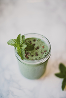 High angle view of smoothie with mint leaves and cacao nibs in mason jar on table 11100090247| 写真素材・ストックフォト・画像・イラスト素材|アマナイメージズ