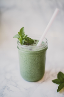 Close-up of smoothie with mint leaves and cacao nibs in mason jar on table 11100090248| 写真素材・ストックフォト・画像・イラスト素材|アマナイメージズ