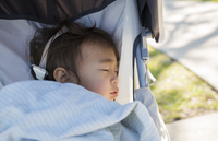 Close-up of toddler sleeping in baby stroller at lawn 11100090515| 写真素材・ストックフォト・画像・イラスト素材|アマナイメージズ