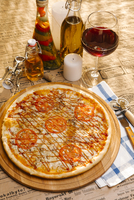 High angle view of pizza with drinks on table 11100090586| 写真素材・ストックフォト・画像・イラスト素材|アマナイメージズ