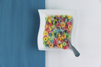 Overhead view of colorful breakfast cereals with milk served in bowl on table 11100090693| 写真素材・ストックフォト・画像・イラスト素材|アマナイメージズ
