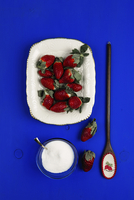 Overhead view of strawberries over blue background 11100090695| 写真素材・ストックフォト・画像・イラスト素材|アマナイメージズ
