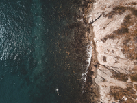 Aerial view of cliff by sea during sunny day 11100091236| 写真素材・ストックフォト・画像・イラスト素材|アマナイメージズ