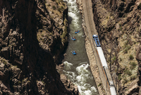 High angle view of tourists rafting on river amidst rock formations and train 11100091393| 写真素材・ストックフォト・画像・イラスト素材|アマナイメージズ