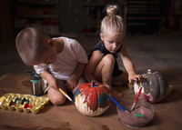 Siblings painting pumpkins at home during Halloween 11100091435| 写真素材・ストックフォト・画像・イラスト素材|アマナイメージズ