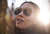 Close-up of confident woman wearing sunglasses during sunny day in city 11100091798| 写真素材・ストックフォト・画像・イラスト素材|アマナイメージズ