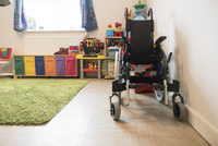 Empty wheelchair and colorful toys arranged at home 11100092606| 写真素材・ストックフォト・画像・イラスト素材|アマナイメージズ