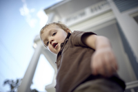 Low angle portrait of baby boy standing by building 11100092643| 写真素材・ストックフォト・画像・イラスト素材|アマナイメージズ