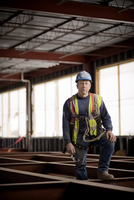 Portrait of male worker standing in building 11100092970| 写真素材・ストックフォト・画像・イラスト素材|アマナイメージズ