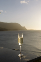 Close-up of champagne on table against sea during sunset 11100093036| 写真素材・ストックフォト・画像・イラスト素材|アマナイメージズ